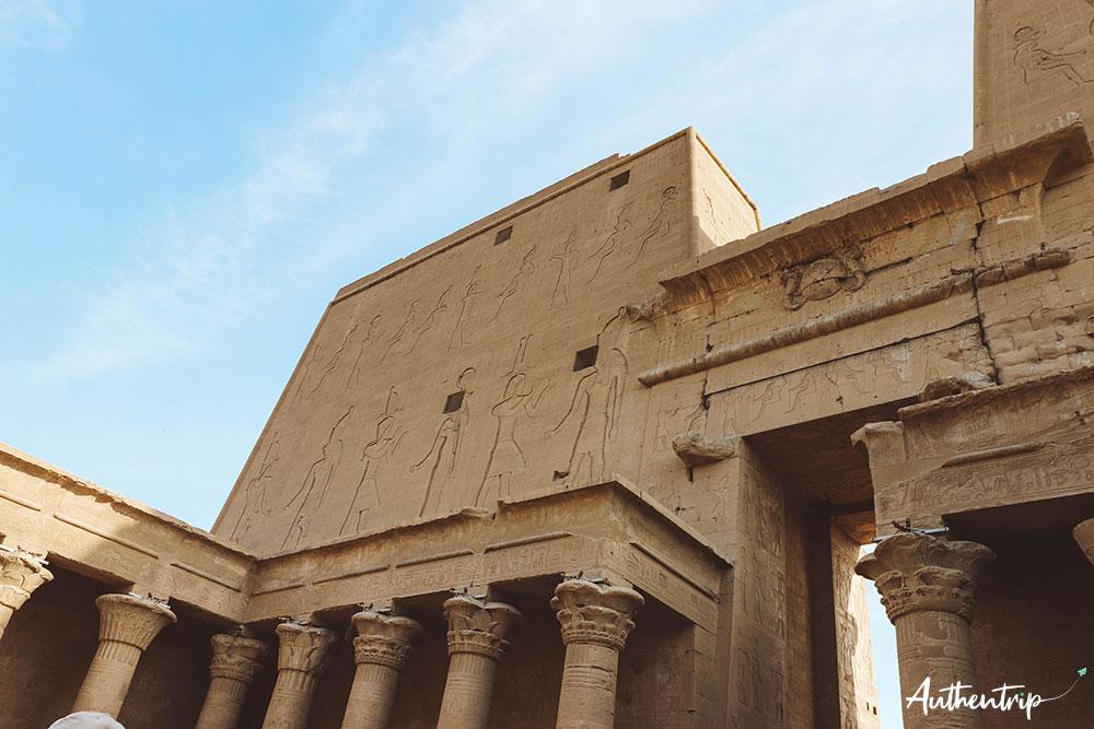 Façade intérieure du temple d'Edfu