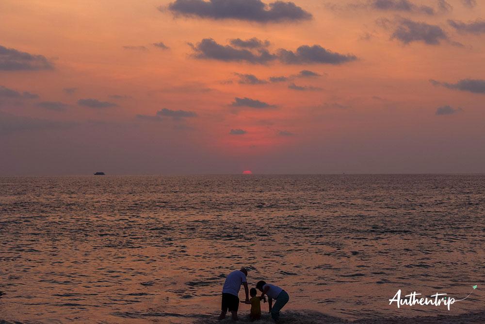 phuket coucher de soleil famille