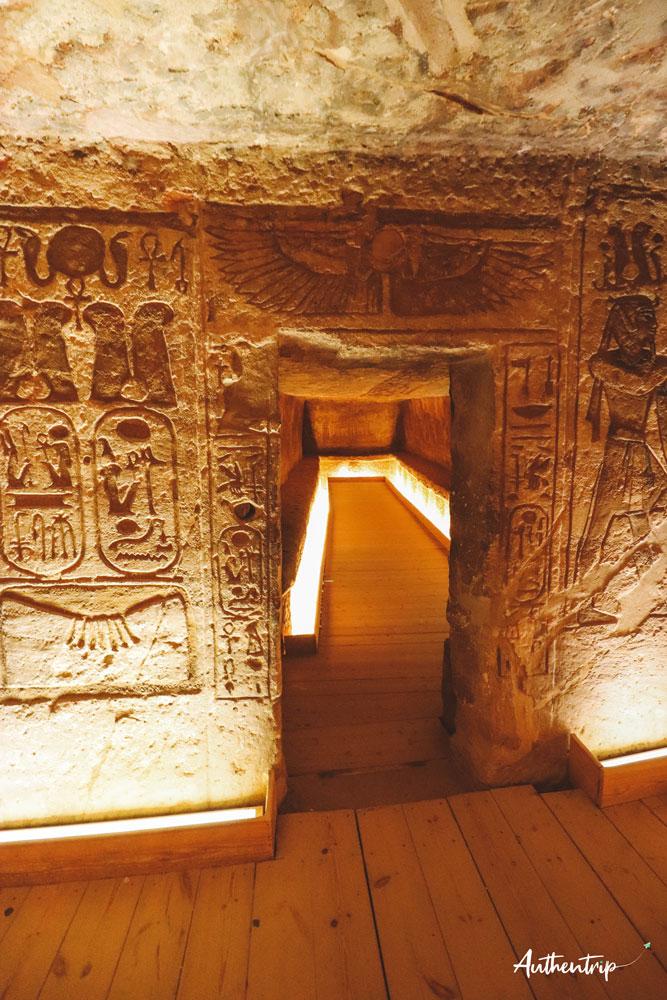 top 5 temples egyptiens, abu simbel, entrée salle grand temple