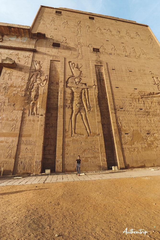 pylône extérieur temple horus